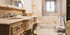 Klasszikus fürdőszoba Modern fürdőszoba mediterrán vendégházban     Klasszikus stílus a fürdőszobában     Modern, mediterrán fürdőszoba     Minimál design a fürdőszobában Home, Mini Bar, French Country House, Indoor Fireplace, Modern Kitchen, Outdoor Kitchen, Finding A House, Luxury Retreats, Al Fresco Dining