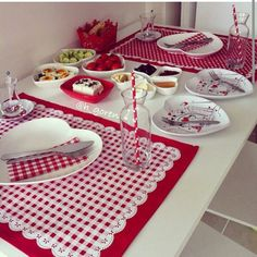 T Steal our best table setting and tablescape ideas for casual and formal entertaining. Table Runner And Placemats, Quilted Table Runners, Place Mats Quilted, Mug Rugs, Table Toppers, Decoration Table, Diy And Crafts, Sewing Projects, Table Settings