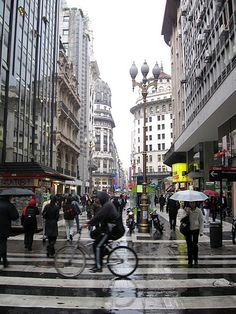 Argentina - Buenos Aires - Calle Florida -Only peatones... Calle Florida (peatonal) comienza en Plaza San Martin cerca de Retiro. Buenos cueros, aunque no el mas lindo diseño...
