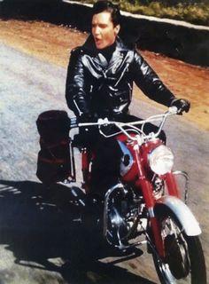 Elvis Presley was also a motorcycle addict. 24 amazing vintage photos below will show this. Elvis Presley on Harley Davidson motorcycle. Elvis And Priscilla, Lisa Marie Presley, Priscilla Presley, Elvis Presley Movies, Elvis Presley Images, Harley Davidson, Rockabilly, Motos Vintage, Vintage Motorcycles