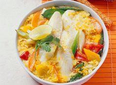 Pour préparer cette recette de poisson, il vous faudra : des filets de julienne, du riz basmati, du curry en poudre, un poivron rouge et un poivron jaune, des oignons nouveaux, un citron, des brins de coriandre et des pois gourmands.