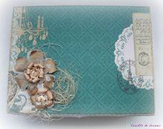 Caja de madera decorada para guardar álbum de fotos.