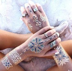 bohemian hippie silver and gold flash tattoos on the beach sand photography summer vibes Flash Tattoos, Tatoos, Boho Tattoos, Henna Tattoos, Sharpie Tattoos, Fashion Tattoos, Glitter Tattoos, Ring Tattoos, Dream Tattoos