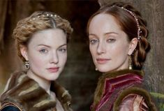 Holliday Grainger as Lucrezia Borgia and Lotte Verbeek as Giulia Farnese in Showtime's 'The Borgias'. Renaissance Makeup, Renaissance Hairstyles, Historical Hairstyles, Renaissance Costume, Italian Renaissance, Renaissance Dresses, Renaissance Fashion, Medieval Dress, Lotte Verbeek
