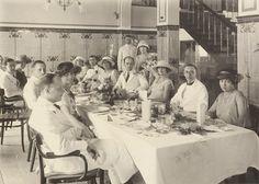 Europeanen aan de maaltijd, vermoedelijk te Soerabaja 1923 -1930 (Collections KITLV)