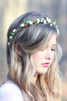 Una #corona de #flores puede hacerte lucir muy fresca y bella para esta temporada de calor.