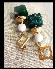 Orecchini pendenti, orecchini moda, orecchini indiani, pietra verde,chiusura con farfallina, gioiello, fashion, orecchini vistosi, dorati di LesJoliesDePanPan su Etsy