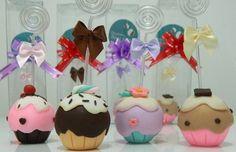 Porta recados cupcake feito em biscuit, aplicação de lacinho de cetim. O cupcake mede aproximadamente 5cm de altura e vem embalado em caixinha de acetato. (as cores das fitas podem variar de acordo com o estoque)  Pedidos acima de 10 unidades o prazo para produção aumenta para 15 dias.  Para impressão da tag será incluso R$1,00 no valor de cada porta recado. R$ 13,00