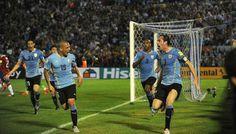 En un partido con un sinfín de roces y discusiones, Uruguay goleó a Chile para ubicarse segundo en las eliminatorias. Noviembre 18, 2015.