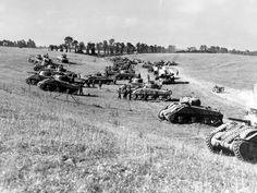 12 août 1944: les chars Sherman de la 4e DB canadienne se regroupent pour participer à l'opération Tractable, qui doit faire sauter le verrou allemand de Falaise. Vue prise à l'ouest d'Estrées-la-Campagne.