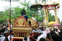 Cerimônia de cremação, Bali - Indonésia  A cerimônia de cremação é um ato muito importante para os bali-hindus, pois libera a alma do corpo do falecido, para que esta possa ir à sua nova vida. Por isso é causa de celebração. Mas estas grandes cerimônias não acontecem para todos. Neste caso, o corpo era dum descendente da família real.