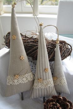 *Drei süsse Bäumchen im Leinenlook in unterschiedlichen Größen* für Deine Weihnachtsdeko oder als Geschenk für einen lieben Freund. Verziert habe ich sie mit kleinen Sternknöpfen,Klöppelspitze...