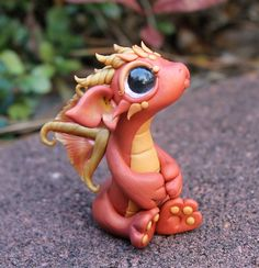 Bitty baby dragon with fairy wings. Polymer Clay Dragon, Sculpey Clay, Polymer Clay Figures, Polymer Clay Animals, Polymer Clay Projects, Polymer Clay Creations, Polymer Clay Art, Polymer Clay Jewelry, Dragon Medieval