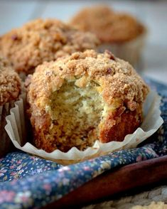 Banana Muffins with Crumb Topping - Bunny's Warm Oven Moist, soft and full of banana flavor with a crunchy delicious topping that puts these Banana Muffi Banana Recipes, Donut Recipes, Muffin Recipes, Snack Recipes, Dessert Recipes, Breakfast Recipes, Breakfast Dishes, Dessert Ideas, Brunch Recipes