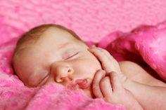 Pieluchowanie wielorazowo noworodka może być nie lada wyzwaniem dla świeżo upieczonych rodziców. Ale jest to do ogarnięcia ;) Przyjrzyjmy się najpierw systemom, czyli w jaki sposób możemy pieluchow…