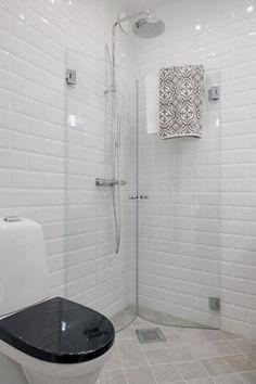 Klasse Idee für ein kleines Badezimmer eine Duschwand zum Einklappen
