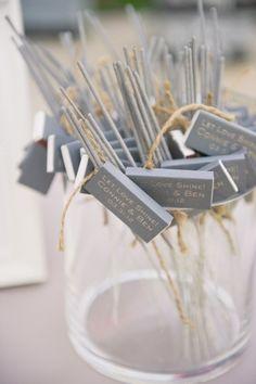Let it shine! Ein funkelnder Moment, vielleicht beim Eröffnungstanz, wäre doch ne schöne Sache, die ganz leicht zu realisieren ist. Auch als Überraschung durch die Trauzeugen, so am Rande bemerkt… ;-) Mit diesen Wunderkerzen und den Zündhölzern mit Hochzeitmonogramm ist sicher ganz einfach die Gäste zum Mitmachen zu überreden. Sähe als Dekoelement mit kleineren Gläsern …