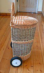 Корзины на колесах и корзины для велосипедов Newspaper Art And Craft, Newspaper Basket, Willow Weaving, Basket Weaving, Rattan Basket, Wicker, Hobbies And Crafts, Diy And Crafts, Traditional Baskets