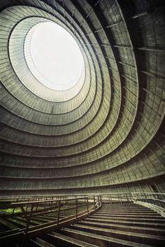 24. Torre de enfriamiento de una central eléctrica abandonada