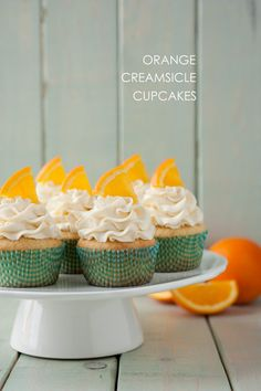 Orange Creamsicle Cupcakes - a soft and tender, fresh orange flavored cupcake finished with a sweet vanilla buttercream frosting. Oranges and cream is Cupcake Flavors, Cupcake Recipes, Cupcake Cakes, Cupcake Ideas, No Cook Desserts, Party Desserts, Delicious Desserts, Creamsicle Cake, Orange Creamsicle