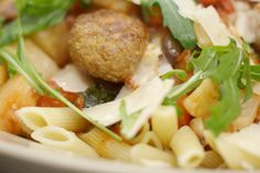 Pasta en gehakballen zijn een gouden duo om de stevige honger te stillen. Als je ook voor allerhande verse groenten zorgt, dan eindigt het verhaal met een rijkelijke en gevariëerde pastaschotel die jong en oud gegarandeerd graag lusten.Kook de penne gaar, voorzie een flinke lading balletjes met Parmezaanse kaas en rooster een collectie groenten in een hete oven. De saus in in 1-2-3 klaar en als alles verzameld wordt in een grote serveerschaal, is er geen houden meer aan.