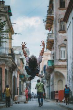 """Ballet dancers - Cuba Omar Robles """"A Cuba si vive ballando"""". Negli scatti di Omar Robles l'incontro tra star del balletto e vita quotidiana Danzatori e danzatrici si alzano in volo tra le strade di..."""