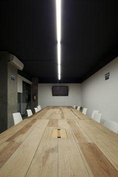 El diseño y construcción de la sala de juntas principal permite tener reuniones a puerta cerrada generando entre sí distintos escenarios abiertos de trabajo y convivencia.