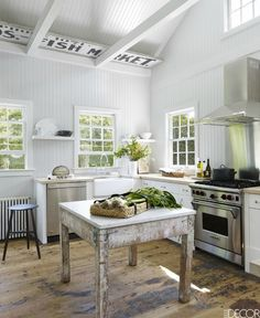 25 French Country Interiors That Inspire Rustic-Chic Design French Country Interiors, French Country Kitchens, Modern Farmhouse Kitchens, Small Kitchens, French Kitchen, Kitchen Small, White Kitchens, Square Kitchen, Farmhouse Style