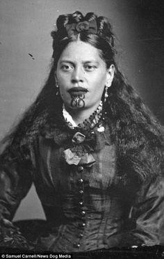 A Maori woman with traditional moko tattoos New Zealand Maori Tattoos, Maori Face Tattoo, Maori Tattoo Designs, Borneo Tattoos, Thai Tattoo, Neck Tattoos, Samoan Tattoo, Polynesian Tattoos, Tribal Tattoos