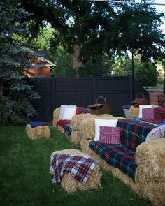 How to set up hay bale couches bonfire parties, bonfire party decorations, fall bonfire Bonfire Party Decorations, Fall Bonfire Party, Bonfire Birthday Party, Backyard Movie Party, Fall Harvest Party, Backyard Movie Nights, Bonfire Parties, Bonfire Ideas, Backyard Parties
