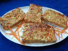Sárgarépás tojáshab Hozzávalók: 5 db tojásfehérje Fél kg sárgarépa 10 dkg reszelt sajt 10 dkg sonka 2 evőkanál zabpehelyliszt Só Elkészítés: a tojásfehérjéket kevés sóval jó kemény habbá verjük. A sonkát felaprítjuk, és a többi hozzávalóval együtt a habhoz adjuk. Sütőpapírral kibélelünk egy tepsit, beleterítjük, és 180 fokon 20-25 percig sütjük.
