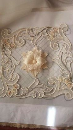 This post was discovered by Hü Embroidery Needles, Ribbon Embroidery, Embroidery Patterns, Cross Stitch Patterns, Fabric Flower Tutorial, Fabric Flowers, Irish Crochet, Crochet Lace, Romanian Lace