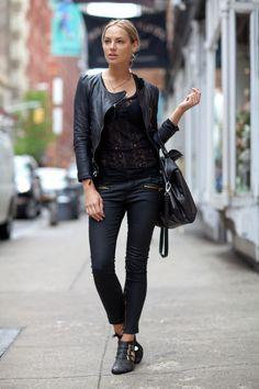 J'ai ces pantalons simili-cuir de chez Zara et les bottillons Jeffrey Campbell.