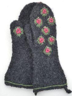 Hanne Faerch, som har butiken Syster Lyster i Gränna, visar 4 par otroligt vackra vantar som hon har köpt. Stickerska är Maj-Britt Karlsson utanför Eksjö. Maj-Britt är hantverkare med företaget… Knitted Mittens Pattern, Sweater Mittens, Knitting Patterns, Wool Embroidery, Viking Knit, Mitten Gloves, Fingerless Gloves, Lana, Needlework