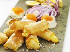 Spring rolls with västerbotten cheese New Year's Food, Good Food, Yummy Food, Snack Recipes, Cooking Recipes, Snacks, Dove Recipes, New Years Eve Food, Swedish Recipes