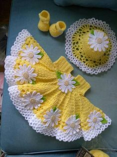 Beautiful crochet yellow baby dress with daisies, hat and shoes included Hermoso ganchillo vestido de bebé amarillo con margaritas Crochet Baby Dress Pattern, Baby Girl Crochet, Crochet Baby Clothes, Baby Knitting Patterns, Crochet For Kids, Crochet Patterns, Crochet Ideas, Dress Patterns, Crochet Crafts