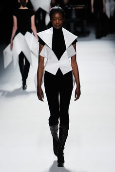 Issey Miyake   Fall/Winter 2011-2012 RTW    Paper patterns/ Structure