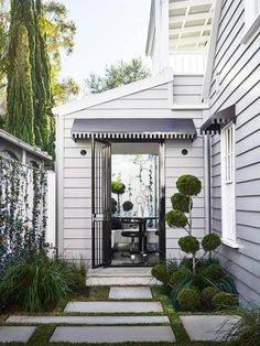 Small courtyard with slate flagstones. | Photo: Anson Smart | Story: BELLE #exteriordesign