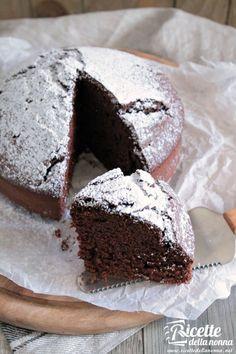 La torta margherita al cacao per golosi impenitenti, facile da preparare e con poco burro, è ideale per esser farcita con panna o marmellata di arance o di albicocche.