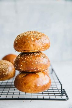 Homemade Burger Brioche Buns are not just incredibly soft, they are super tasty and perfect for your next burger. Easy to make and extra delicious. Burger Bread, Bread Pit, Burger Food, Brioche Rolls, Brioche Bun, Pain Au Levain, Homemade Hamburgers, Homemade Burger Buns, Carne Picada