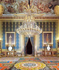Gran Antecámara de Gasparini, en color azul. Formaba parte de las habitaciones de Carlos III y, en teoría, aquí cenaba y conversaba.  En esta sala se encuentran cuatro cuadros de Goya: dos de Carlos IV y dos de María Luisa de Parma.