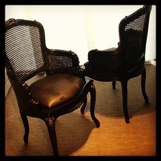 Pareja de sillas Luis XV piezas únicas de #ebanistería laca negra y asiento de polipiel serpiente negra