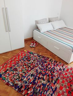 Stupendo tappeto Boucherouite vintage tessuto a mano dalle popolazioni berbere del Medio Atlante in Marocco, utilizzando materiale di recupero in cotone e fibre sintetiche accuratamente selezionate. Con la sua meravigliosa esplosione di colori, apporta un tocco di allegria e luminosità in ogni tipo di arredamento e in particolare in quelli dallo stile pulito e minimalista #rug #berbercarpets #moroccandecor #boho #Boucherouite #HomeDecor #vintage #tribalrugs #globalstyle #etnico #tappeto