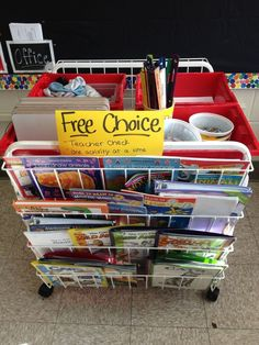 That Little Art Teacher: Free Choice station in an art room. Great way to organize this.