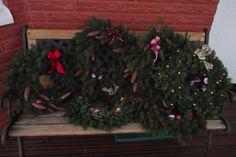 Vielä ehdit tehdä ulko-oven koristeeksi kauniin, jouluisen havukranssin. Näillä ohjeilla sen tekeminen sujuu helposti. Seppeleet sopivat hyvin myös joululahjaksi. Havuköynnös koristaa näyttävästi vaikkapa kuistia. Yhden havuseppeleen tekemiseen tarvitset seuraavat tarvikkeet: ... Christmas Wreaths, Christmas Tree, Holiday Decor, Home Decor, Teal Christmas Tree, Decoration Home, Room Decor, Xmas Trees, Christmas Trees