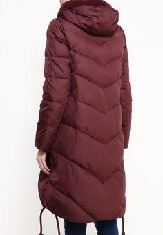 Куртка Clasna выполнена из текстиля на синтепоновом утеплителе. Детали: застежка на молнию и кноп...