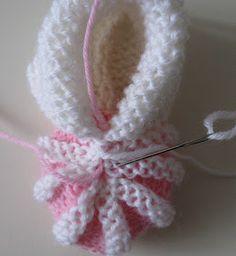 Puikkojen polut 2 : Ohje vauvan tossuihin Baby Booties Knitting Pattern, Crochet Baby Booties, Baby Knitting Patterns, Knit Crochet, Crochet Patterns, Knitting For Kids, Hand Knitting, Häkelanleitung Baby, Baby Crafts