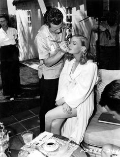 """Veronica Lake on the set of """"Sullivan's Travels"""" Preston Sturges) Old Hollywood Stars, Old Hollywood Glamour, Golden Age Of Hollywood, Vintage Hollywood, Classic Hollywood, Vintage Glamour, Vintage Beauty, Hollywood Style, Hollywood Icons"""