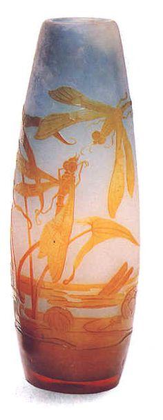 Emile Gallé. Vase en verre camée  aux motifs de libellules et de nénuphars 1900. © Coll. Part.