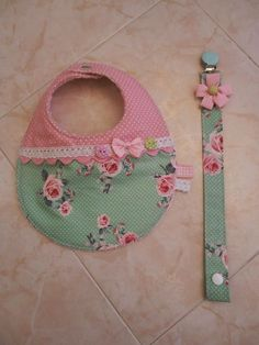 Baby bib and pacifier clip DIY Baby Sewing Projects, Sewing For Kids, Sewing Crafts, Baby Bibs Patterns, Diy Bebe, Bib Pattern, Baby Kit, Baby Burp Cloths, Baby Crafts